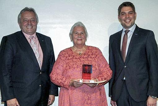 Bürgermeister Hellmeier und Landrat Walch gratulieren Erika Holzapfel zur Auszeichnung mit dem Deutschen Bürgerpreis.